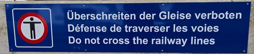 Überschreiten der Gleise verboten – Do not cross the railway lines