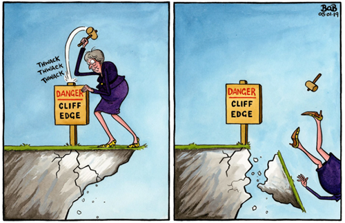 vignetta con Theresa May sul bordo di un precipizio. Pianta il cartello DANGER - CLIFF EDGE ma cade nel vuoto
